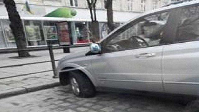 У центрі Львова прокололи шини неправильно запаркованому автомобілю
