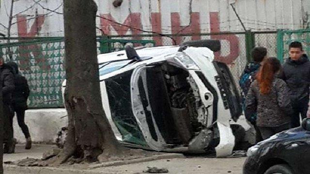 У Львові 29-річна жінка розбила автомобіль, виїхавши на тротуар