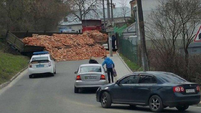 У Львові посеред дороги розсипалося півпричепа цегли