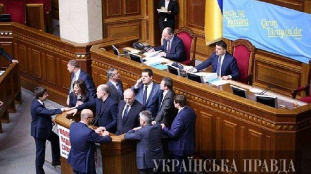 Група нардепів, налаштованих проти Яценюка, блокує трибуну ВР