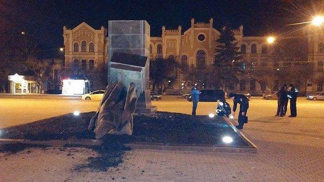 Вночі у Харкові демонтували три пам'ятники радянським комуністам (відео)