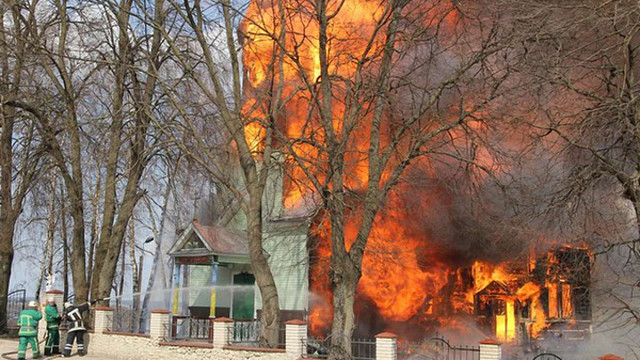 На Тернопільщині у неділю згоріла дерев'яна церква, - ДСНС (відео)