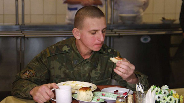 Полторак доручив волонтерам перевіряти умови харчування військових