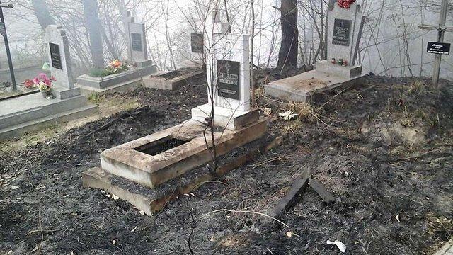 У Львові на цвинтарі згоріли надгробки та хрести