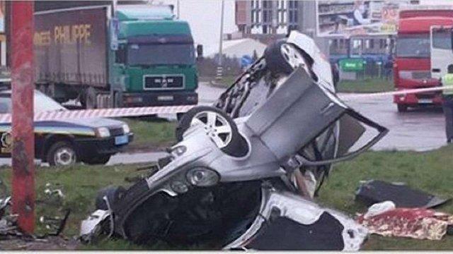 У Львові Mercedes влетів у рекламний стовп: 28-річний водій-міліціонер загинув