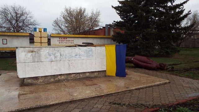 Вночі у Станиці Луганській повалили пам'ятник Леніну