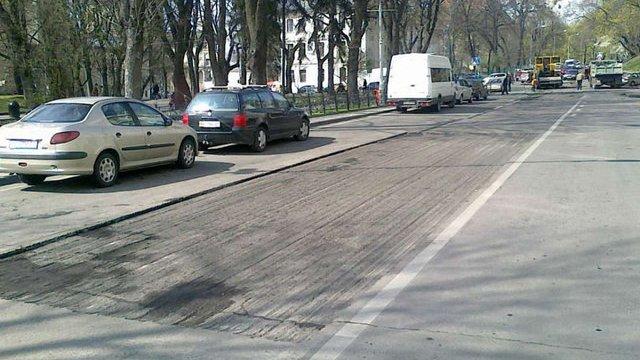 Біля Львівської ОДА провели профілактичний ремонт дороги