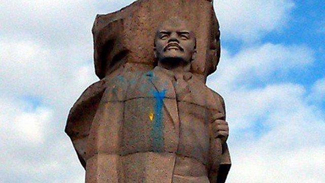 У Росії пам'ятник Леніну вимазали жовтою і блакитною фарбами