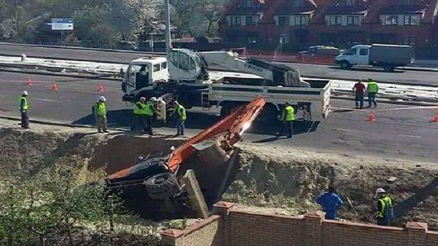 У Львові на будівництві трамвайної колії на Сихів перекинувся екскаватор