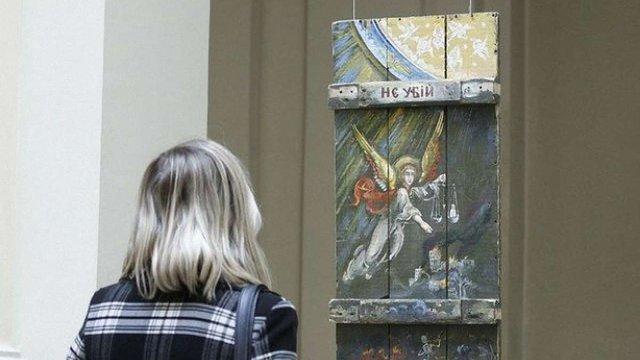 У Львові експонують та продають ікони, написані на ящиках з-під набоїв