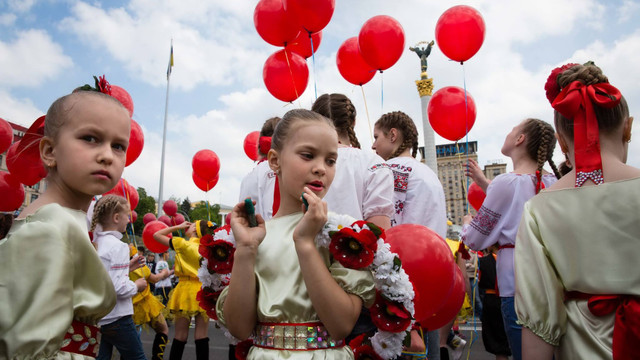 У Києві 600 дітей створили величезний Мак пам'яті загиблим у Другій світовій війні (фото)