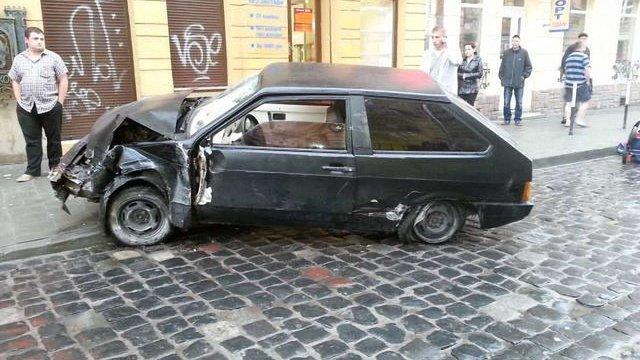 У Львові автомобіль збив на тротуарі жінку з двома дітьми