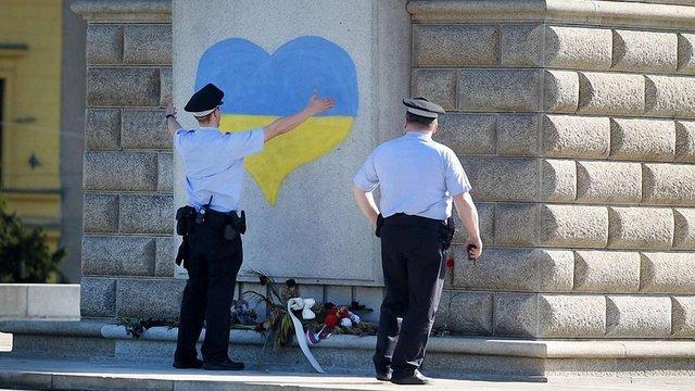 Пам'ятник «Воїну-визволителю» у Чехії розмалювали в українські кольори