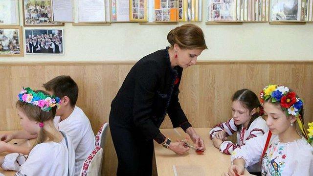 Марина Порошенко провела майстер-клас з виготовлення декоративних маків