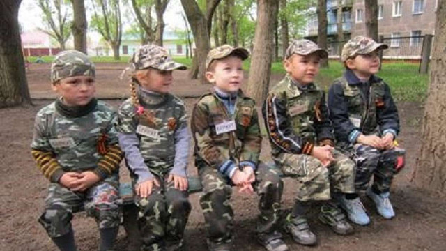 В Горлівці малюків одягнули у камуфляж з «георгіївськими» стрічками (фото)