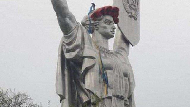 «Батьківщину-Мати» у Києві прикрасили вінком з червоних маків