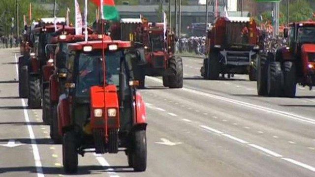 На військовому параді у Мінську разом з танками показали трактори