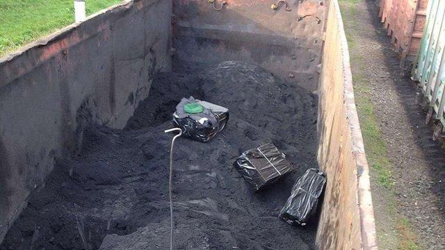 Львівські прикордонники виявили у вагоні з рудою 2 тис. пачок сигарет