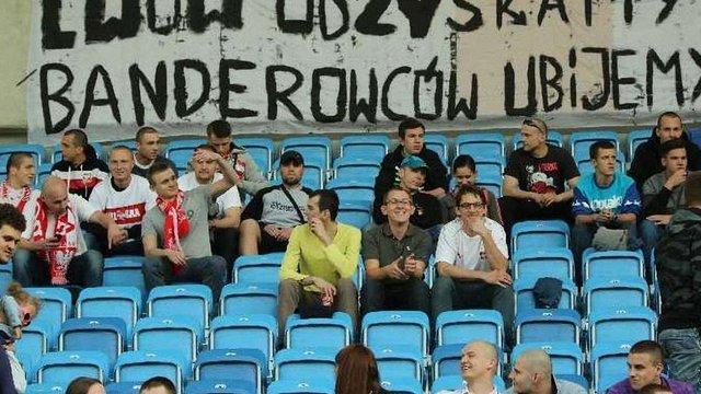 У Польщі на стадіоні вивісили банер з погрозою «відібрати Львів» і «вбити бандерівців»