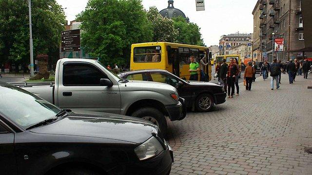 Зупинку біля готелю «Львів» розчистили від запаркованих авто (фото)