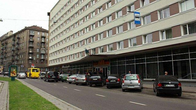 Біля готелю «Львів» має бути зупинка, а не парковка, - міська рада