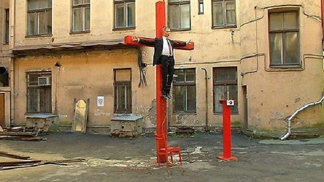 У Ризі у дворику колишнього КДБ виставили розп'ятого Путіна