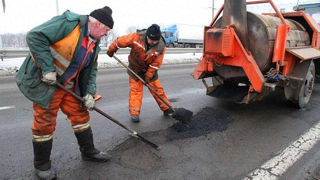 «Укравтодор» пообіцяв залатати всі ями на дорогах до липня