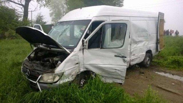 Внаслідок зіткнення вантажівки і буса на Львівщині травмувалося троє людей