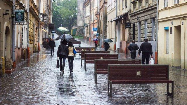 В центрі Львова двоє хлопців вкрали лавку для відпочинку