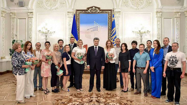 Порошенко нагородив журналістів, які працювали в зоні бойових дій на Донбасі