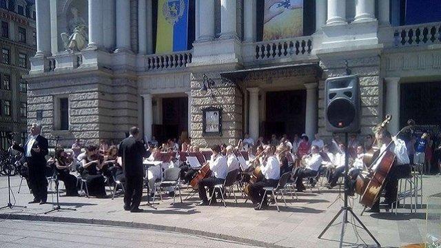 Музиканти і солісти Львівської опери зібрали понад ₴10 тис. для лікування пораненого волонтера