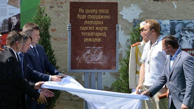 """На території музею """"Тюрма на Лонцького"""" заклали пам'ятний знак жертвам тоталітарних режимів"""