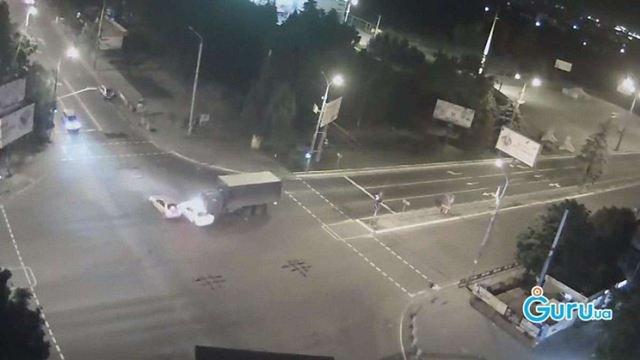 У Маріуполі військова вантажівка протаранила два автомобілі (відео)