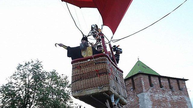 Російське місто Нижній Новгород окропили святою водою з аеростата