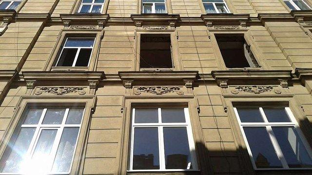 Мешканці будинку на вул. Сербській,4 знищили автентичні столітні вікна (фото)
