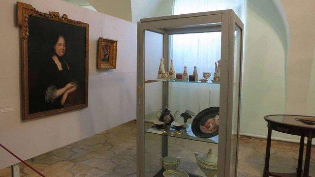 В оновлених залах Олеського замку відкрили виставку порцеляни