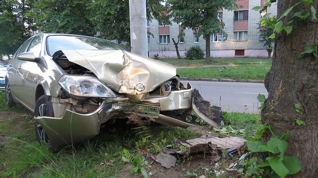 На вулиці Тролейбусній у Львові п'яний військовий на швидкості врізався у дерево