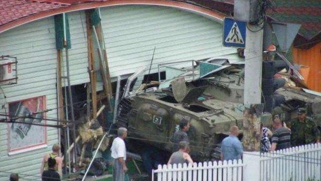 У Луганську бронемашина росіян в'їхала у кафе і розчавила його відвідувачів