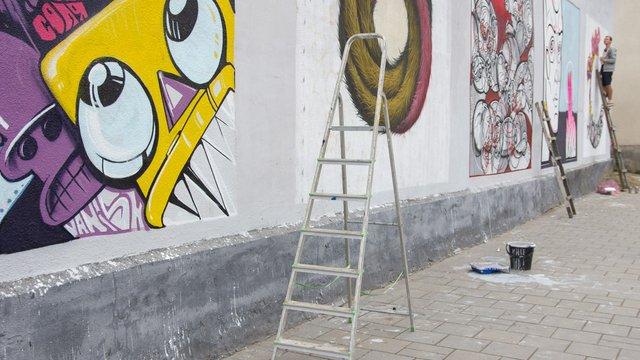 У Львові художники прикрасили графіті занедбану стіну на Підзамче