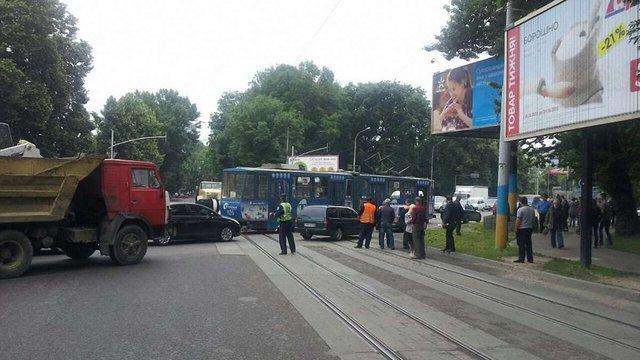У Львові вантажівка протаранила трамвай №6: є постраждалі