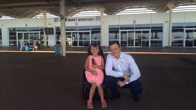 Дитячий омбудсмен забрав до України дочку подружжя, яке померло від алкоголю в Туреччині