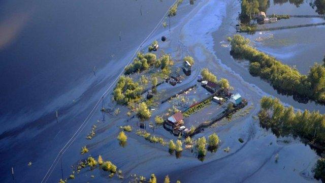 В Росії через повінь місто залило нафтою