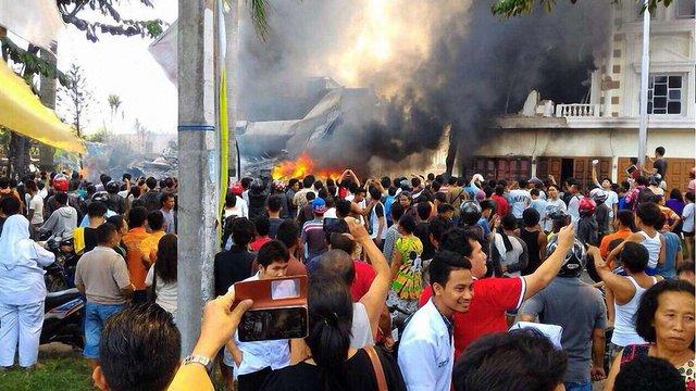 В Індонезії на житлові будинки впав військово-транспортний літак