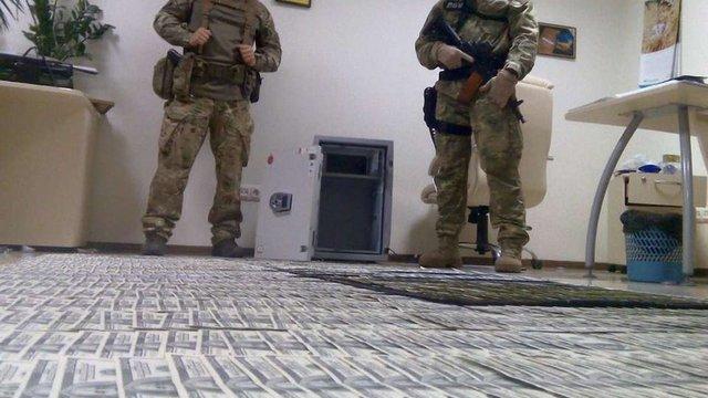 Під час обшуків підозрюваних у хабарництві київських прокурорів виявили $500 тис.
