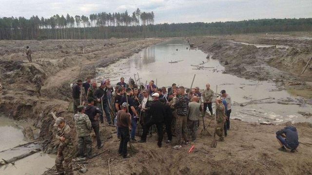 На Житомирщині побили міського депутата, який боровся з нелегальними добувачами бурштину