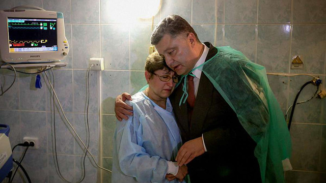 Порошенко нагородив постраждалих дільничних міліціонерів у Львові