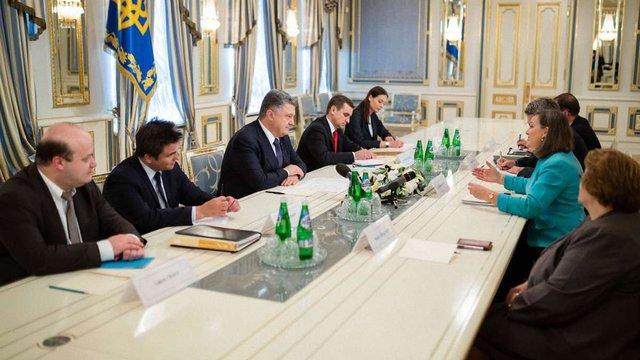 Порошенко обговорив з Нуланд питання децентралізації і Мінських домовленостей