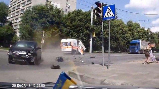 У мережі з'явилося відео зіткнення «швидкої» із легковим автомобілем у Львові