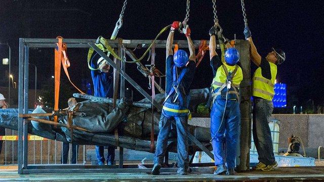 У Вільнюсі демонтували радянські скульптури з мосту
