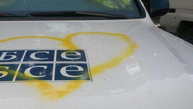 У Донецьку розфарбували 30 автомобілів ОБСЄ під час акції протесту